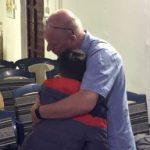 Henk geeft jongen in Kosovo een Vader omhelzing